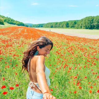 I entered a painting of Monet and fell in love 🎨  Yesterday was a magical first day of our roadtrip to Portugal. 🚗 We stopped in Giverny to visit the garden and house of Claude Monet and it blew me away. It was better than I Imagined it to be. 🌸  Just before entering the village we came across this beautiful field of poppy flowers.   What's your favorite flower field? 🌻  📍Giverny, France 🇫🇷  •••••••••••••••••••••••••••• #poppyfields #poppyflower #vivelafrance #giverny #monet #flowerfields #summerfield #roadtrippers #roadtripeurope #europeanbestdestinations #europetravels #traveltheworld #womenwhotraveltheworld #placestovisitbeforeyoudie #under10k #springtimevibes #femmetravel #travelgram #visitfrance #travelblogger #dutchblogger #frankrijk #overlandlife #portugaltrip #claudemonet #shetravels #gltlove #ig_france_